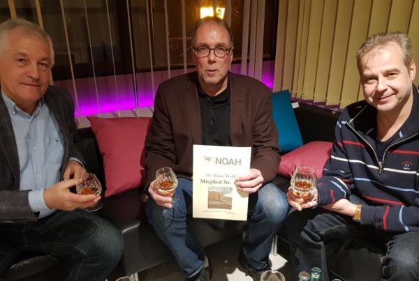Dr. Georg Hayrapetyan, Dr. Klaus Wolff und Till Mansmann, MdB stoßen auf das 100. Mitglied im Verein Noah an